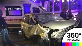 видео Самопроизвольный развод моста в Петербурге стал причиной ДТП