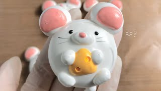미니오븐 치즈 품고 있는 흰색 쥐 캐릭터 머랭쿠키 만들…