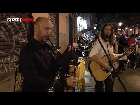 "El gaiteiro Juan Luna y Naia tocan la muiñeira ""O comezo"""