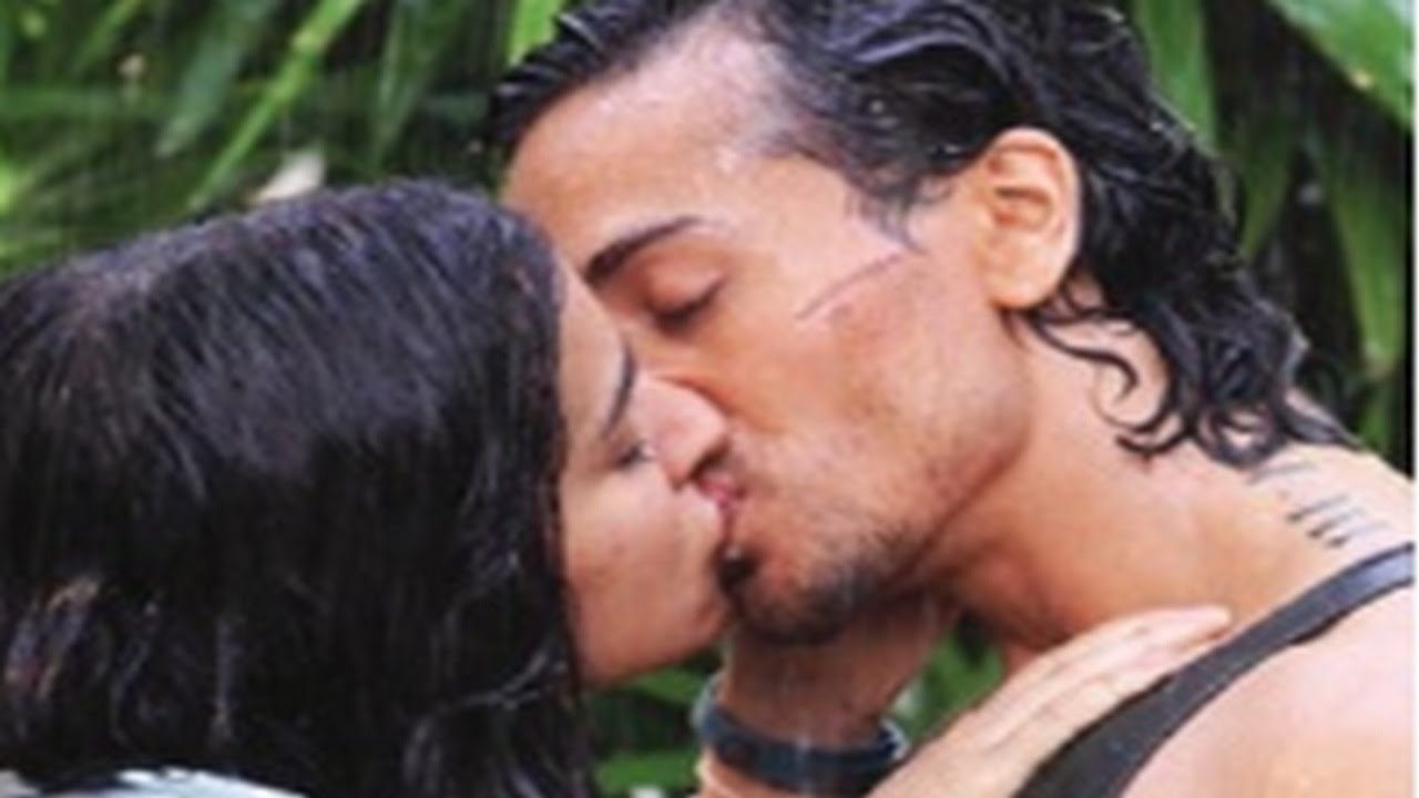 Tiger Shroff & Shraddha Kapoor's steamy KISS in Baaghi - YouTube