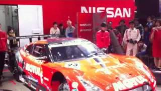 東京オートサロン GT1世界選手権に参戦する荒聖治選手もタイヤ交換??