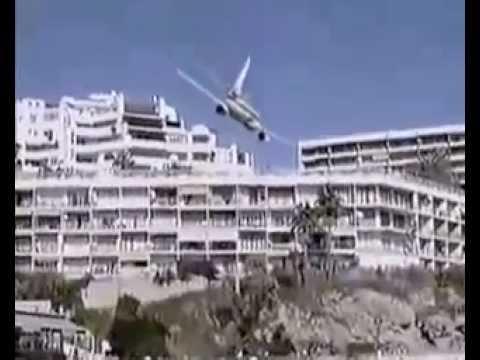 Spectaculaire crash d'un avion au bord d'une plage et des touristes affolés ....