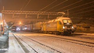 Nachts im verschneiten Bahnhof Brenner