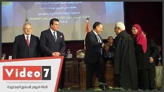 وزير التعليم العالى يكرم الحاصلين على جوائز الدولة