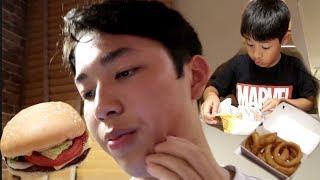 ESSE  ADOLESCENTE COMO COME 😅 ... FAST FOOD NO JAPÃO | ANGELA INOUI
