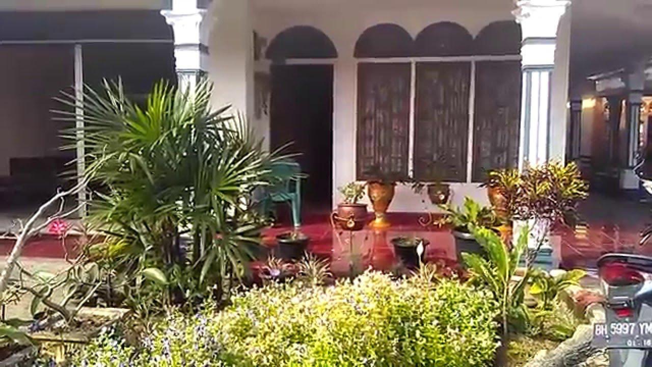 Rumah Asri Dengan Taman Bunga Kecil Di Depan