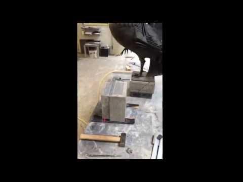 Ambachtelijk steenhouwen voor een nieuwe voet voor de Jocushaan van Venlo