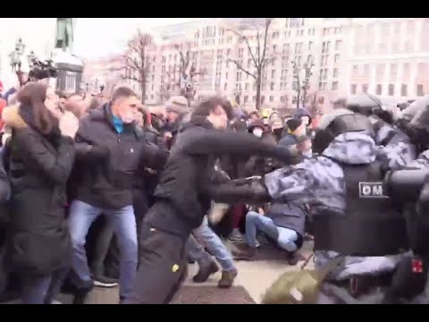 Чеченец против толпы ОМОНА на митинге 23.01.2021! Слова перед дракой!