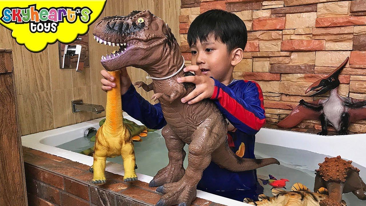 DINOSAURS TAKES A BATH - Skyheart bathtub time with dinosaur toys ...