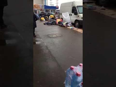 Недобросовестные посредники рынка Садовод сортируют товар в грязи