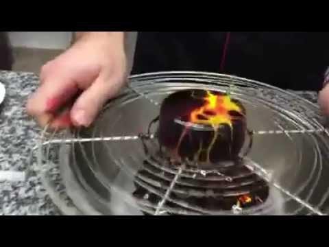technique de decoration glacage chocolat mirroir avec deux