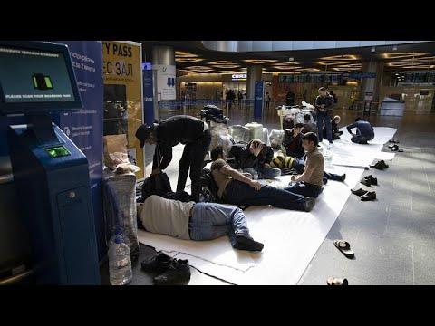 Hunderte Gestrandete auf den Moskauer Flughäfen: 'Alle starren uns an'