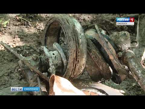 Смоленские поисковики подняли из болота погибший в войну самолет
