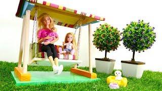 Barbie muñecas descansa en jardín. Vídeos para niñas.