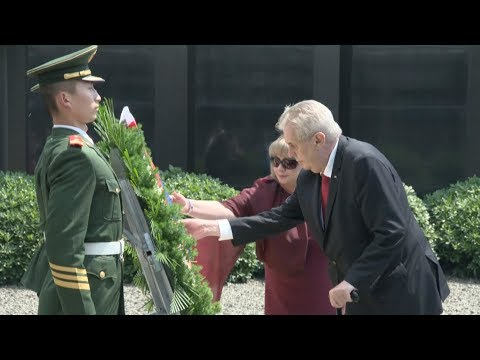 Czech President Visits Memorial Hall, Lays Wreath to Victims of Nanjing Massacre