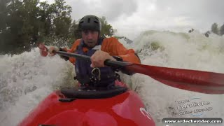 Kayak extrème sur l'Ardèche en crue (Ucel - Vogue)