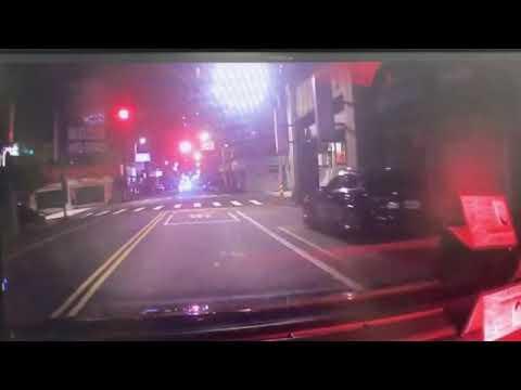 女駕駛搶快闖紅燈遭攔腰撞 波及等紅燈計程車