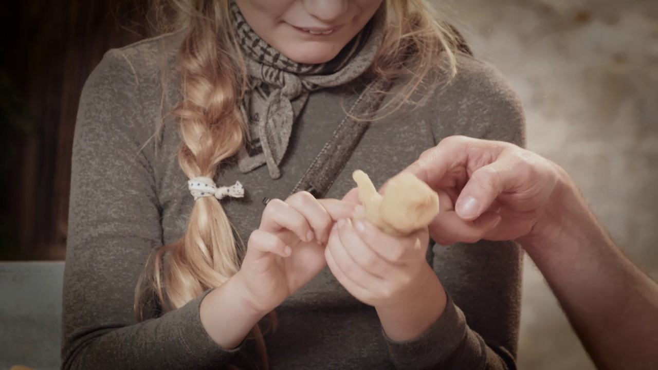 Flora Ofelia og instruktør Jacob Ley's guide til julepynt - en Marcipangris 2/6