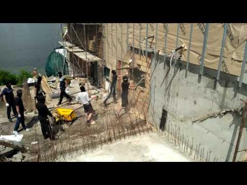 EverydayInUa: Невідомі в масках демонтують ресторан у Києві