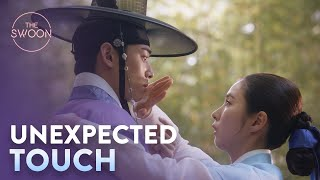 Cha Eun-woo gets flustered by Shin Sae-kyeong's touch😜|Rookie Historian Goo Hae-ryung Ep 4[ENG SUB]