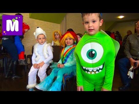 видео: Новогодний утренник в детском саду c Дедом Морозом, конфетой и гигантским питоном