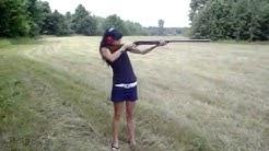 Момиче Стреля с ОГРОМНА Пушка - Стрелба и Супер Откат