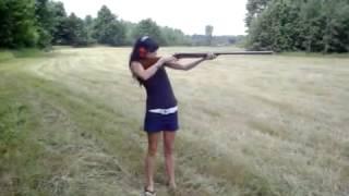 Момиче Стреля с ОГРОМНА Пушка - Стрелба и Супер Откат!