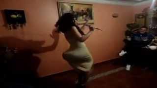 mujer exuberante bailando sexy.