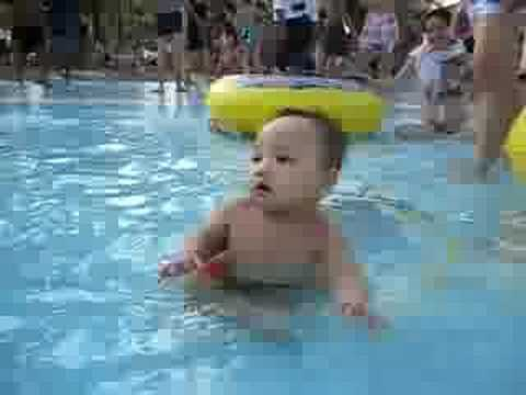 Minh Tuấn tập bơi