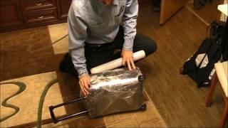 Упакуй чемодан своими руками как в аэропорту! Обмотай пленкой! Sekretmastera рекомендует!(Самостоятельно закатываем чемодан в полиэтилен - это несложно. Подписка на канал снизит цены сервисных..., 2011-12-18T06:25:37.000Z)