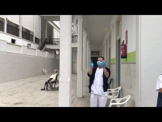 El personal sanitario y los pacientes bailan a ritmo de