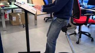 Sillas de oficina taburete para trabajar de pie by lupass for Sillas para trabajar