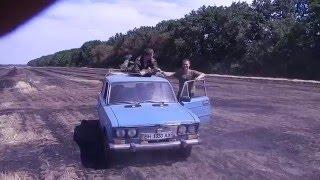 Прикол на крыше машины
