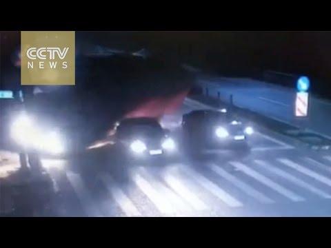 ¡Terrible! Un cambio de carril aplasta a un taxista