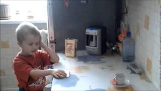 Внук с бабушкой деду готовят кофе(Даже ребенок с помощью кофеварки