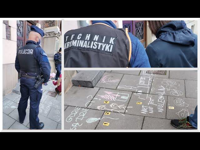 Kraków: Policja zabezpieczyła ślady kredy na chodniku przed biurem PiS