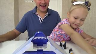 Детская игра с ПИНГВИНАМИ и АКУЛОЙ ! Переполох на айсберге веселая игра для детей