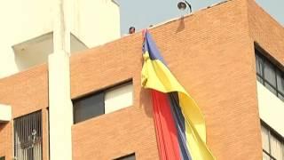 TUMBAN BANDERA DE VENEZUELA EN MARACAIBO