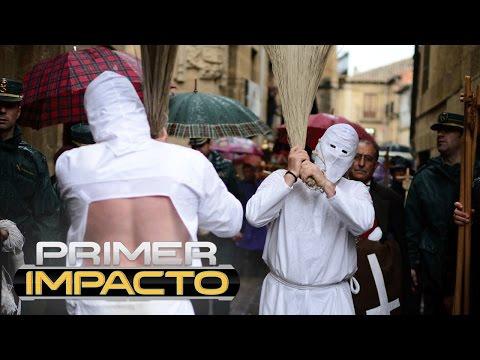 Hombres se flagelan con látigos de puntas como parte de un ritual de Semana Santa en España