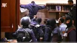 Repeat youtube video Il Gruppo d' Intervento Speciale (G.I.S.) arresta Ciro Nappo