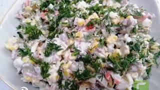 """Салат """"Любимый"""" с кириешками, крабовыми палочками, сладкой кукурузой и копчёной колбасой"""