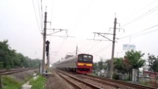 Kereta api Cirebon Expres brjumpa KRL saling sapa
