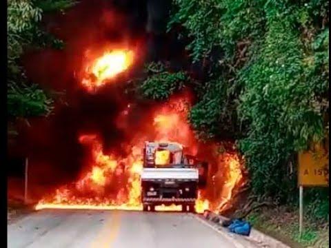 Caminhão pega fogo e labaredas atingem árvores