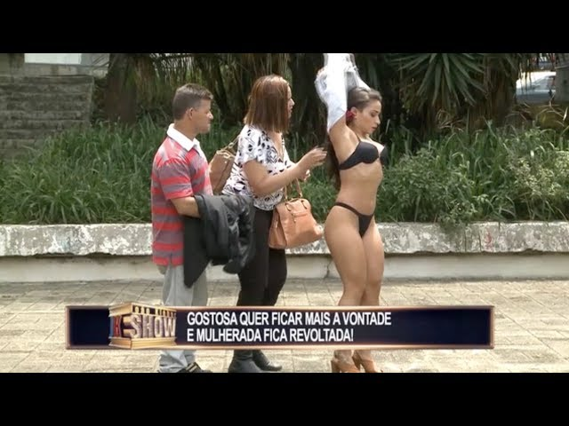 Calor faz morenaça tirar a roupa na rua e mulherada fica revoltada