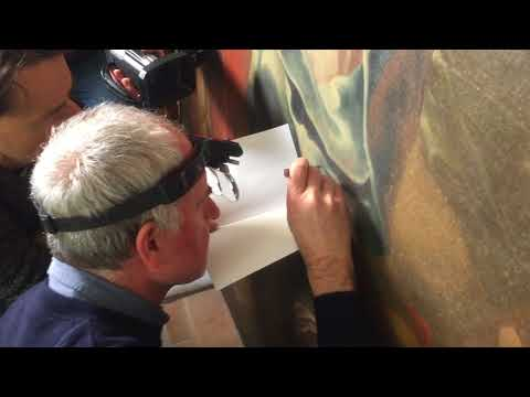 Karol Bayer odebírá vzorek barvy z obrazu odsouzení Ježíše Krista