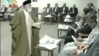 فضيحة رقص المعمم الشيعي خامنئي في مجلس امام رئيس الجمهورية الايرانية احمدي نجاد