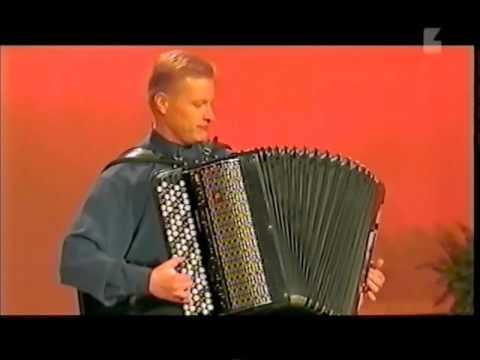 Pasi Hirvonen  konsertoiva hanuristi 1982 ja 2002.