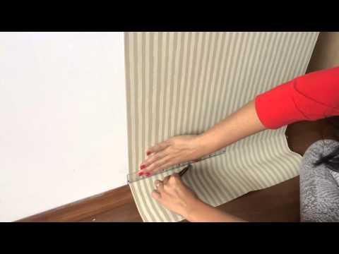 Colocando papel de parede na sala   Por Dayana Frederick