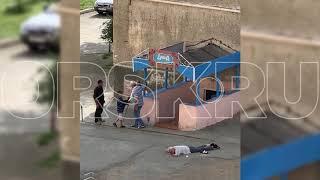 15082019 ЧМО плюнул в лежащего человека