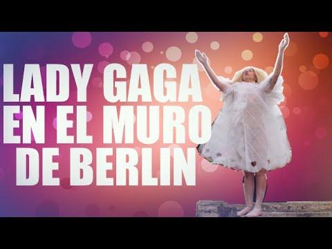 Lady Gaga en el muro de Berlín con sus fans